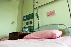 Het bed van het ziekenhuis. Stock Fotografie