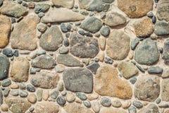 Het bedekken blokken die van ronde stenen en concrete weg worden gemaakt royalty-vrije stock foto