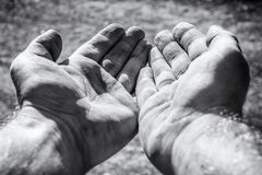 Het bedelen van vuile handen als teken van armoede stock foto