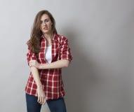 Het bedreigen van vrouw die met mannelijk overhemd zelf-bewering uitdrukken Royalty-vrije Stock Afbeeldingen