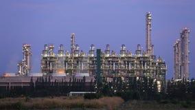 Het bedrijf van de olieraffinaderij met hemel stock video