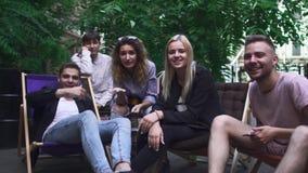 Het bedrijf van jongeren heeft een rust in een de zomerkoffie stock videobeelden