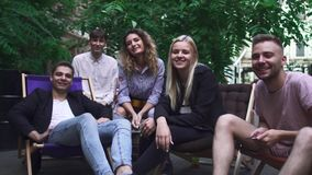 Het bedrijf van jongeren heeft een rust in een de zomerkoffie stock footage