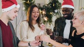Het bedrijf van prachtige mensen van verschillende rassen van wijnglazen met witte mousserende wijn tegen de achtergrond van stock video