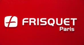 Het bedrijfembleem van Frisquetparijs Plastic witte brieven op de rode muur Royalty-vrije Stock Foto