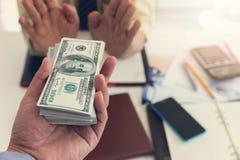 Het bedrijfs en financiënconcept, Zakenman weigerde geld dat zijn partner die aan hem geven royalty-vrije stock afbeeldingen