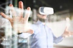 Het Bedrijfs en technologieconcept van Internet, Pictogrammen, diagrammen en grafiekenachtergrond op het virtuele scherm royalty-vrije stock fotografie