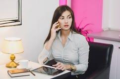 Het bedrijfs meisje spreekt telefonisch Royalty-vrije Stock Afbeelding