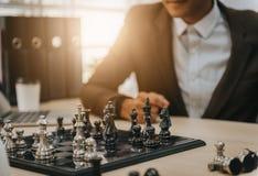 Het bedrijfs mens spelen schaak stock fotografie