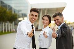 Het bedrijfs mensen geven beduimelt omhoog Commercieel team Stock Foto's