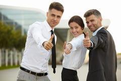Het bedrijfs mensen geven beduimelt omhoog Commercieel team Stock Foto