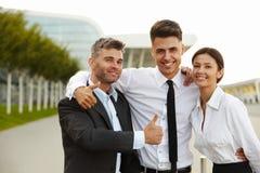 Het bedrijfs mensen geven beduimelt omhoog Commercieel team Royalty-vrije Stock Foto's