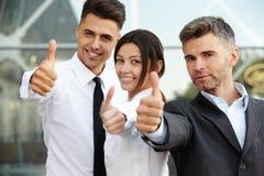 Het bedrijfs mensen geven beduimelt omhoog Commercieel team Royalty-vrije Stock Afbeelding