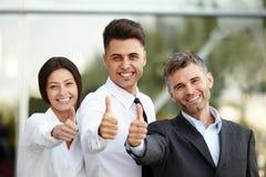Het bedrijfs mensen geven beduimelt omhoog Commercieel team Royalty-vrije Stock Fotografie