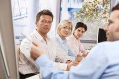 Het bedrijfs mensen luisteren presentatie Stock Afbeeldingen
