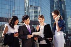 Het bedrijfs mensen samenkomen Stock Foto