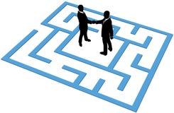 Het bedrijfs mensenteam vindt aansluting in labyrint Stock Foto's