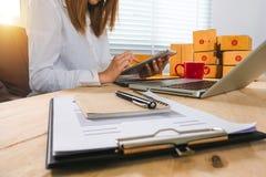 Het bedrijfs online winkelen in huisbureau royalty-vrije stock foto