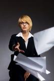 Het bedrijfs vrouw dalen hoop van document royalty-vrije stock fotografie