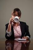 Het bedrijfs vrouw drinken koffie tijdens vergadering stock fotografie