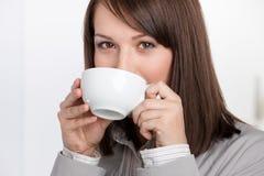 Het bedrijfs vrouw drinken thee stock afbeeldingen