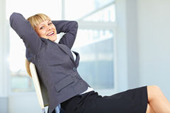 Het bedrijfs vrouw ontspannen op stoel Royalty-vrije Stock Afbeelding