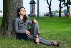 Het bedrijfs vrouw openlucht rusten Royalty-vrije Stock Afbeeldingen