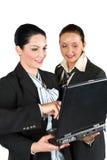 Het bedrijfs vrouwenwerk aangaande laptop Stock Afbeeldingen