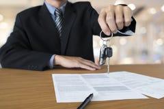 Het bedrijfsconcept, autoverzekering, verkoopt en koopt auto, auto financiering Stock Afbeeldingen