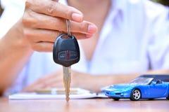 Het bedrijfsconcept, autoverzekering, verkoopt of koopt auto, auto financiering, stock foto