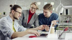 Het bedrijfsdroomteam van jongeren genieten die, millennials groepeert het spreken hebbend pret in comfortabel goed bureau, samen stock footage
