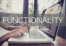 Het bedrijfshand typen op een laptop toetsenbord met Functionaliteit stock afbeeldingen