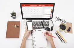 Het bedrijfshand typen op een laptop toetsenbord met Kalenderontwerper Stock Foto