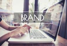 Het bedrijfshand typen op een laptop toetsenbord met merk het brandmerken stock foto's