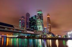 Het bedrijfskwart van de stad in multicolored verlichting Een fantastische nachtscène in Moskou stock foto's