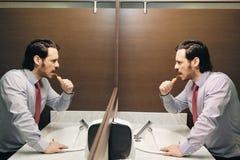 Het bedrijfsmens Borstelen Tanden na de lunch Onderbreking in Bureaubadkamers stock foto's