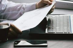 Het bedrijfsmens drinken koffie en het gebruiken van laptop computer en mobil Royalty-vrije Stock Foto