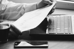 Het bedrijfsmens drinken koffie en het gebruiken van laptop zwart-witte computer Stock Fotografie