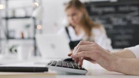 Het bedrijfsmens Typen Werkend Startplan op Computertoetsenbord in Modern Bureau stock footage