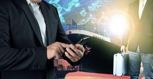 Het bedrijfsmens verbinden op mobiele telefoon en investeerders stan mensen Stock Foto's