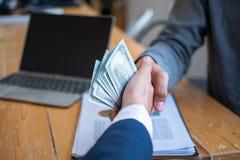 Het bedrijfsmensen schudden dient vergaderzaal, Succesvolle overeenkomst na vergadering in Coruptionsconcept stock afbeelding
