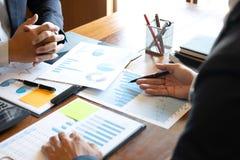 Het bedrijfsmensenteam bespreekt op vergadering aan de planning van investeringsproject het werken en strategie van zaken die ges royalty-vrije stock afbeelding