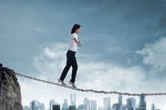 Het bedrijfspersoon in evenwicht brengen op de ketting Stock Foto's
