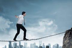 Het bedrijfspersoon in evenwicht brengen op de ketting Royalty-vrije Stock Afbeelding