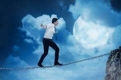 Het bedrijfspersoon in evenwicht brengen op de ketting Royalty-vrije Stock Foto