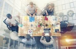 Het bedrijfspersoonswerk samen in bureau concept groepswerk, bedrijfsvennootschap en opstarten Dubbele blootstelling royalty-vrije illustratie
