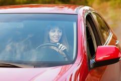 Het bedrijfsvrouw berijden in de auto stock afbeeldingen