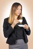 Het bedrijfsvrouw drinken koffie in kop Het werkpauze stock afbeeldingen