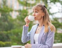 Het bedrijfsvrouw drinken thee tijdens de onderbreking op het werk Stock Afbeeldingen