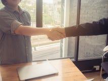 Het bedrijfsvrouw en partner schudden dient bureau in Wijnoogst filt royalty-vrije stock afbeelding
